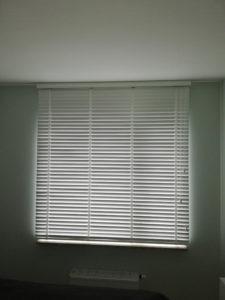Żaluzje okienne w mieszkaniu